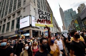 ภาพช็อก! ตร.สหรัฐฯ รัวยิงกลางหลังคนผิวสี ผู้ว่าฯ ต้องสั่งระดมทหารคุ้มกันเมืองสกัดจลาจล(ชมคลิป)
