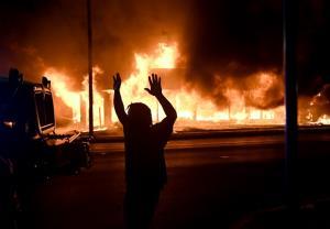 ส่อบานปลาย! ผู้ว่าฯประกาศภาวะฉุกเฉินรับมือจลาจล 3 คืนติด ประท้วงเผาเมืองแค้น ตร.สหรัฐฯรัวยิงคนผิวสี (ชมคลิป)