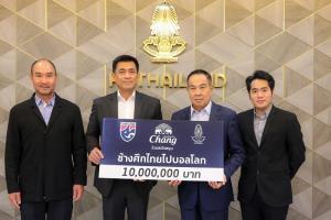 """""""ช้าง"""" มอบ 10 ล้าน สมทบกองทุน """"ช้างศึกไทย ไปบอลโลก"""" ต่อเนื่องปีที่ 5"""