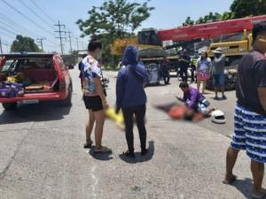 สลด! รถพ่วง 18 ล้อขับรถถอยหลังทับ 2 แม่ลูกขี่รถจักรยานยนต์ตามหลังมาดับทั้งคู่