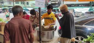 ชื่นชม! นักธุรกิจใจบุญเปิดโรงทานแจกอาหาร เจอชาวต่างชาติติดค้างในไทยมอบเงินช่วยเหลือ