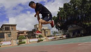 """(คลิป) ซ้อมวันละ 7 ชม.!! รู้จัก """"หนุ่มจีน"""" ผู้โดดเชือกเร็วที่สุดในโลก"""