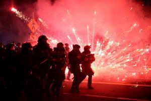 """ยังไม่จบ! ประท้วงเดือดคืนที่ 100 ในสหรัฐฯ ระบายแค้นแทน """"จอร์จ ฟลอยด์"""" (ชมคลิป)"""