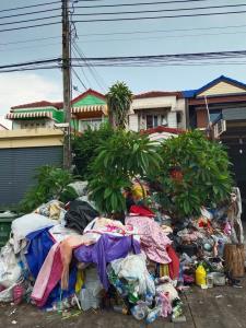 หนุ่มถาม ถ้าข้างบ้านของคุณเป็นแบบนี้จะทำอย่างไร? พร้อมเผยภาพเพื่อนบ้านสะสมขยะกองใหญ่