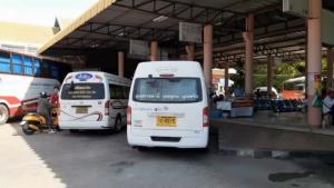 ขนส่งเรียกปรับคนขับรถตู้เมืองอุบลฯ รับผู้โดยสารเกิน นายท่าแจงรถอีกคันเสียต้องช่วยรับไปส่ง
