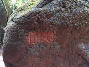 นักท่องเที่ยวมือบอนไร้สำนึกลงทุนสลักคำหยาบลงบนก้อนหิน (ภาพ : เพจ Buengkan day)