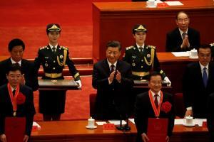 ประธานาธิบดีสี จิ้นผิง ของจีน ปรบมือให้กับผู้ได้รับรางวัลอื่นๆ ลดหลั่นลงมา ในพิธีฉลองชัยชนะปราบโควิด-19 ณ มหาศาลาประชาชน ในกรุงปักกิ่งเมื่อวันอังคาร (8 ก.ย.)
