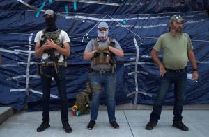 พวกฝ่ายขวาซึ่งบางคนถืออาวุธปืน ชุมนุมกันอยู่บริเวณด้านหน้าอาคารสภาแห่งรัฐออริกอน ในเมืองซาเลม วันจันทร์ (7 ก.ย.)