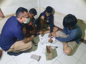 ฝ่ายปกครองคลองหลวงจับวัยรุ่นใช้บ้านร้างมั่วสุมเสพยาเสพติด