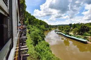 """""""Train to เมืองกาญจน์"""" นั่งรถไฟไปกาญจนบุรี บนเส้นทางรถไฟสายมรณะ"""