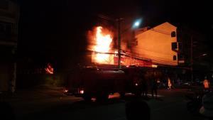 ไฟไหม้ร้านพลาสติกและร้านอะไหล่รถจักรยานยนต์กลางเมืองประจวบฯ เสียหายกว่า 20 ล้าน