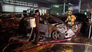 ไฟไหม้อู่ซ่อมรถหรูเลียบมอเตอร์เวย์ ขาออก เสียหาย 15 คัน