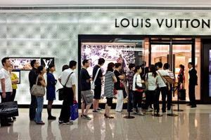 ชาวจีนเข้าแถวซื้อสินค้าที่ร้านสาขา หลุยส์ วิตตอง ในเซี่ยงไฮ้  (แฟ้มภาพ เอเอฟพี)