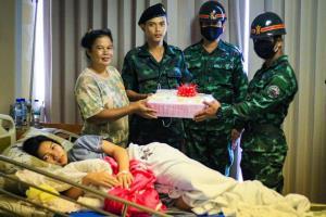 """เผยภาพประทับใจ! ผู้พันใจดีให้ผู้ฝึกพา """"ทหารใหม่"""" เยี่ยมลูกเพิ่งคลอด"""