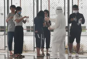 บุรีรัมย์ยังวุ่น! กักตัวนักบอล 42 คน เฝ้าระวังกลุ่มเสี่ยงกว่า 500 ราย รอลุ้นผลตรวจ หลังนักเตะต่างชาติติดโควิด-19