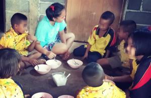 สะเทือนใจ! อาสาสมัครเผยภาพเด็กน้อย 7 คนนั่งล้อมวงกินข้าวต้มกับเกลือเพื่อประทังชีวิต