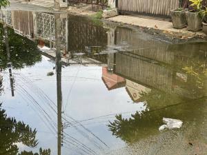"""""""พลภูมิ"""" ควง """"ผอ.เขตบึงกุ่ม"""" เร่งระบายน้ำช่วยชาวบ้าน หลังฝนตกหนักทำน้ำท่วมขัง"""