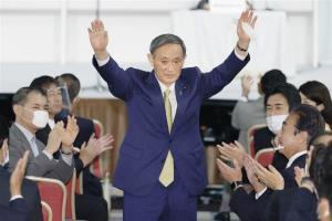โยชิฮิเดะ ซูงะ: จากลูกชาวสวนสู่นายกฯ ญี่ปุ่น