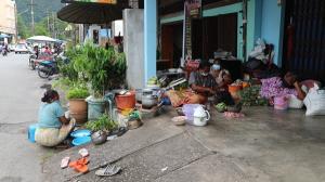 วิถีชาวเล! ช่วงสารทเดือนสิบหอบลูกหลานตามรอยบรรพบุรุษ มานอนตามชายคาบ้านในชุมชนใหม่ พังงา ออกขอข้าวสาร-สิ่งของ