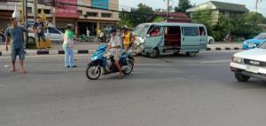 เปิดภาพรถตู้รับส่งนักเรียนพุ่งชนท้ายรถคันหน้า นักเรียนเจ็บระนาว