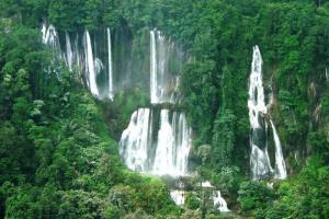 น้ำตกทีลอซู ยิ่งใหญ่อลังการกลางผืนป่าอุ้มผาง