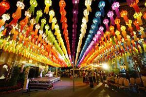 """เทศกาล """"โคมแสนดวงลำพูน"""" สุดตื่นตาโคมหลากสีสันที่ วัดพระธาตุหริภุญชัย"""
