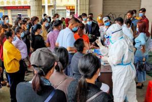 ชาวเมืองรุ่ยลี่ มณฑลยูนนาน เข้ารับการเก็บตัวอย่างเพื่อตรวจว่าติดเชื้อโรคโควิด-19 หรือไม่ เมื่อวันอังคาร (15 ก.ย.)