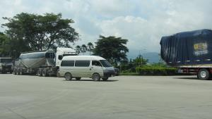 เคลียร์แล้ว! ไฟเขียวรถตู้พม่าข้ามฝั่ง-เปลี่ยนคนขับ ก่อนขนสินค้าหน้าโกดังแม่สาย