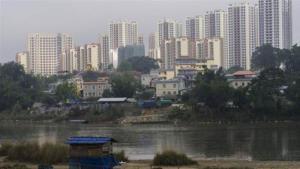 ภาพเมื่อวันที่ 11 ม.ค. 2019 แม่น้ำที่คั่นกลางระหว่างเมืองมูเซะ (Muse) ของพม่า (ด้านหน้า) กับเมืองรุ่ยลี่ของจีน (ฉากหลัง) (แฟ้มภาพ เอเอฟพี)