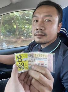 เศรษฐีใหม่โผล่ชัยภูมิ! หนุ่มขายรถมหาเฮงช่วยซื้อให้แม่ค้า ถูกรางวัลที่ 1 เต็มๆ 8 ใบ รวยเละ 48 ล้าน