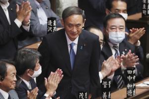 บรรดาสมาชิกสภาล่างของญี่ปุ่นพากันปรบมือแสดงความยินดี ภายหลังจาก โยชิฮิเดะ ซูงะ ได้รับเลือกให้เป็นนายกรัฐมนตรีคนใหม่เมื่อวันพุธ (16 ก.ย.)