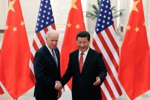 (ภาพจากแฟ้ม) ประธานาธิบดีสี จิ้นผิง ของจีน ต้อนรับ โจ ไบเดน ซึ่งเวลานั้นเป็นรองประธานาธิบดีสหรัฐฯ ที่เดินทางไปเยือนกรุงปักกิ่ง เมื่อต้นเดือนธันวาคม 2013