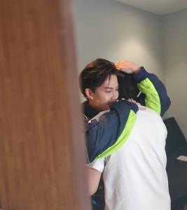 """""""กอล์ฟ"""" ปล่อยโฮสวมกอดให้กำลังใจ """"ไมค์"""" บอกเข้มแข็งมานานแล้ว อ่อนแอบ้างก็ได้"""