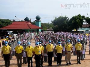 นักเรียนโรงเรียนเอกชนสอนศาสนาโบกธงชาติเป็นสัญลักษณ์เชิญชวนให้ปรองดองกัน