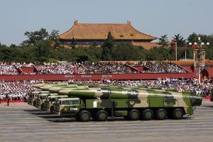 """ขีปนาวุธ DF-26 ของจีน ที่ได้รับฉายาว่า """"ผู้พิฆาตเรือบรรทุกเครื่องบิน"""" ทั้งนี้เห็นกันว่าการที่จีนมีความก้าวหน้าในการพัฒนาขีปนาวุธประเภทยิงเรือรบ เป็นปัจจัยหนึ่งซึ่งผลักดันให้สหรัฐฯ ต้องปรับเปลี่ยนกำลังทางนาวีของตน"""