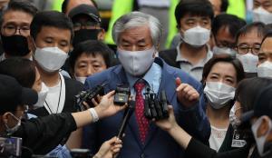 สาธุคุณ จุน กวางฮุน ผู้นำโบสถ์ซารังเจอิล ให้สัมภาษณ์สื่อที่กรุงโซล ก่อนถูกส่งตัวกลับเข้าเรือนจำ เมื่อวันที่ 7 ก.ย.