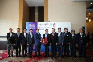 """พาณิชย์ร่วมกับสภาหอการค้า รวมพลังเชิดชูเกียรติสมาคมการค้าในงาน """"Together is Power 2020""""  มอบรางวัลแก่สมาคมการค้าดีเด่นและผู้บริหารดีเด่น"""