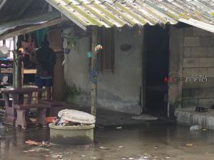 """อิทธิฤทธิ์ """"โนอึล"""" ทำคลื่นสูงซัดถล่มบ้านริมฝั่งหาดสำราญ จมเรือประมงแล้ว 2 ลำ"""