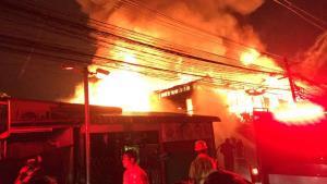 กทม.เร่งช่วยเหลือชาวบ้านไฟไหม้ชุมชนดอนเมือง เผาวอด 50 หลัง