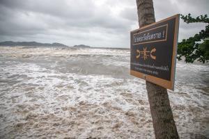 """อิทธิพล """"โนอึล"""" ทำท้องทะเลเมืองตราด-จันทบุรีน่าห่วง คลื่นสูง 2-3 เมตร"""