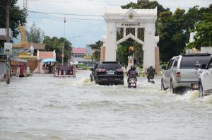 บริเวณหน้าประตูค่ายสุรนารี กองทัพภาคที่ 2 อีกจุดหนึ่งที่ถูกน้ำท่วมหนัก จากอิทธิพลพายุโนอึล