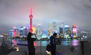 ทิวทัศน์ยามค่ำอาคารระฟ้าริมแม่น้ำหวงผู่ ของนครเซี่ยงไฮ้