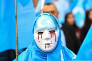 ผู้ประท้วงสวมหน้ากากสีขาวมีน้ำตาไหลออกมาเป็นเลือด เข้าร่วมการประท้วงรอบๆ สถานที่สำคัญของสหภาพยุโรปในกรุงบรัสเซลส์เมื่อวันที่ 27 เม.ย. 2018 เพื่อเรียกร้องอียูให้กดดันจีนเคารพสิทธิมนุษยชนในซินเจียง
