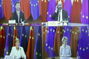 ประธานาธิบดีสี จิ้นผิง ของจีน (บนซ้าย), ประธานของคณะมนตรียุโรป ชาร์ลส์ มีแชล (บนขวา), ประธานของคณะกรรมาธิการยุโรป อัวร์ซูลา ฟอน แดร์ ไลเอิน (ล่างขวา), และ นายกรัฐมนตรีอังเกลา แมร์เคิล  ของเยอรมนี (ล่างซ้าย) ขณะเข้าร่วมการประชุมวิดีโอคอนเฟอเรนซ์ มินิซัมมิตอียู-จีน เมื่อวันที่ 14 กันยายน 2020