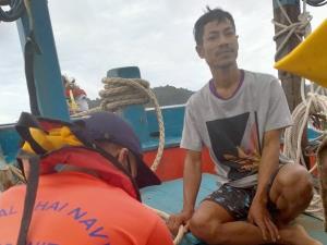 """ผลพวง """"โนอึล"""" ซัดเรือประมงล่มกลางทะเล ไต๋สูญหาย พบกลายเป็นศพจมไปพร้อมกับเรือ เจ้าหน้าที่เร่งกู้ศพ"""