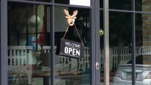"""""""ฌอน"""" โพสต์เคลื่อนไหวร้านกาแฟกลับมาเปิด แต่เปลี่ยนเจ้าของ-ตร.ยังไม่ออกหมายเรียก"""