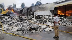 ยังไม่ดับ!! เจ้าหน้าที่ระดมรถดับเพลิงกว่า 50 คัน ดับไฟไหม้โกดังเยื่อกระดาษ กว่า 12 ชั่วโมง