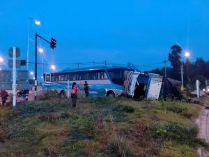 เปิดภาพนาทีระทึกรถโดยสารชนรถหกล้อกลางสี่แยกหวิดตายหมู่