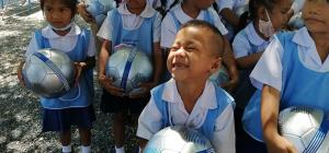 รอยยิ้มของเยาวชนที่ได้รับมอบลูกฟุตบอลในโครงการล้านลูก ล้านพลัง สร้างฝันเด็กไทย