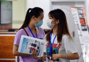 """โควิด-19/ศึกวุ่นวายจีน-สหรัฐฯ ดันนศ.จีนในตปท.กลับจีนหางานทำ  """"พุ่งกระฉูด 70%"""" ร่วมล้านคน!"""